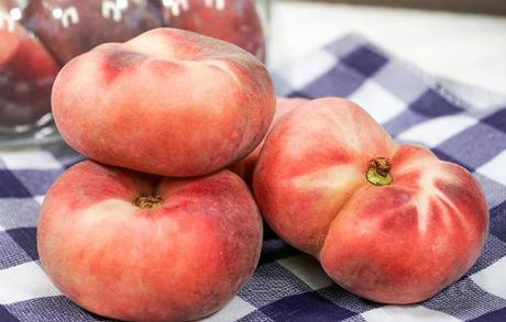 Đào dẹt cũng đang là loại được nhiêu cửa hàng trái cây nhập khẩu mang về bán.