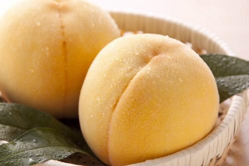 Bên cạnh những trái đào hồng thì đào vàng là một đặc sản của Nhật cũng đã có mặt ở Việt Nam.