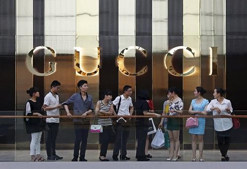 Bên ngoài một cửa hàng Gucci ở Singapore. Ảnh: Reuters