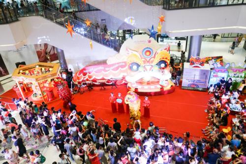 Ngay từ khi bắt đầu diễn ra (30/8), sự kiện thu hút rất đông phụ huynh và các em nhỏ đến trải nghiệm. Nhiều gia đình đã đi quãng đường khá xa đến với Aeon Mall Long Biên để tham gia các hoạt động thú vị và bổ ích.