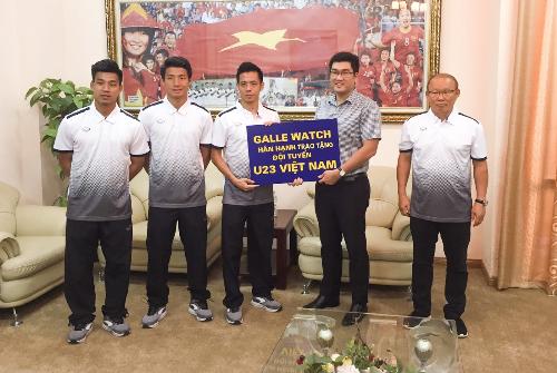 Đại diện Galle Watch trao thưởng cho thầy trò HLV Park Hang Seo tại trụ sở Liên đoàn Bóng đá Việt Nam.