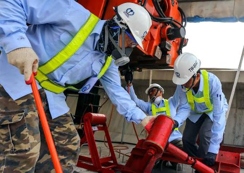 Các chuyên gia Nhật làm việc tại công trường dự án Metro Sài Gòn. Ảnh: Như Quỳnh