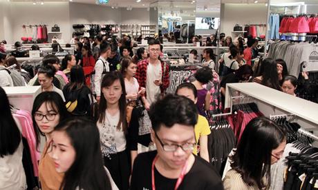 Khách hàng chen chân mua sắm trong ngày H&M ra mắt cửa hàng tại Hà Nội năm ngoái. Ảnh: Anh Tú