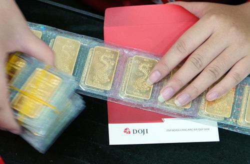 Giá vàng miếng trong nước hiện cao hơn thế giới 3 triệu đồng mỗi lượng.