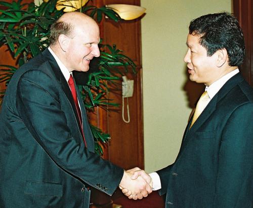 Chủ tịch FPT Trương Gia Bình (trái) trong cuộc gặp gỡ Tổng giám đốc Microsoft Steve Ballmer năm 2007. Ảnh: FPT.