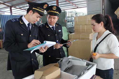 Cán bộ hải quan làm thủ tục kiểm tra hàng hóa.