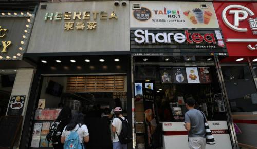 Các cửa hàng trà sữa san sát ở một góc đường tại Hong Kong. Ảnh: SCMP
