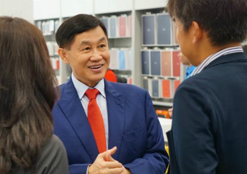 Ông Johnathan Hạnh Nguyễn trao đổi với khách tham quan cửa hàng sáng ngày 10/9. Ảnh: Viễn Thông