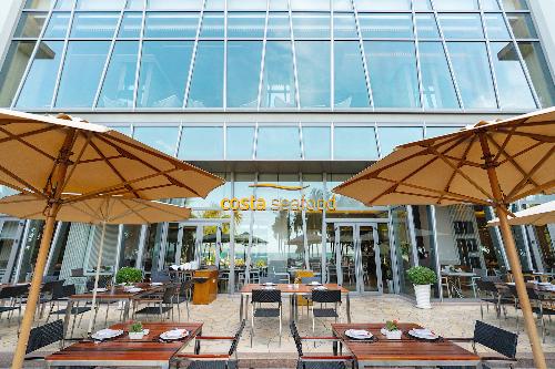 Cùng với đó, khác với nhiều dự án gần như tối đa hoá từng m2 đất thì tại The Costa Nha Trang, mật độ xây dựng thấp, đường nội bộ, sảnh đón khách và các khu vực chung toàn bộ bằng đá marbble đều được thiết kế rất rộng và thoáng mát. Mặt tiền là khu vực nhà hàng phục vụ tối đa các nhu cầu của cư dân và khách du lịch. Không chỉ có không gian bên trong, không gian bên ngoài cũng phải cao cấp. The Costa Nha Trang được thiết kế thông thoáng lấy gió biển tự nhiên với hành lang rộng và các ô thoáng.