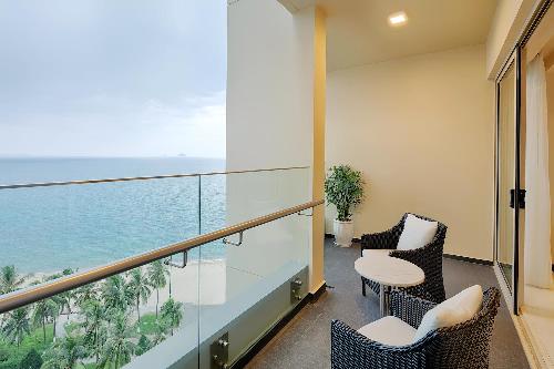 Dưới bàn tay tài hoa của kiến trúc sư người Singapore Tan Hock Beng, tất cả các căn hộ tại The Costa Nha Trang đều có view nhìn thẳng ra Vịnh Nha Trang. Chính vì lẽ đó, ở mọi góc của công trình chúng ta đều thấy biển và thấy đang sống ở Nha Trang, hòa mình vào không gia biển xanh sóng dịu của một trong những bãi biển xinh đẹp nhất hành tinh. Tất cả hành lang tại đây cũng đều được xây theo mô hình hành lang mở để không gian và gió luôn lưu thông, chỉ cần đi đến hành lang là có thể cảm nhận mình đang được tận hưởng khí hậu biển đặc trưng.