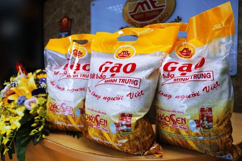 Sản phẩm gạo sạch bát bảo Minh Trung vừa ra mắt đã thu hút sự quan tâm của nhiều bà nội trợ.