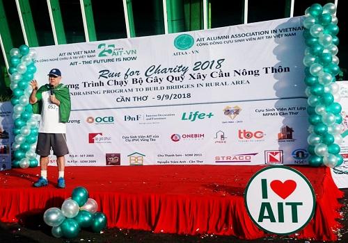 Chương trình là một trong những hoạt động kỷ niệm 25 năm thành lập AIT-VN. Tiến sĩ Fredrick W.Swierzeck - đại diện AIT-VN khuyến khích mọi người tăng cường, luyện tập thể thao để sống khỏe, sống thọ. Ảnh: AIT-VN