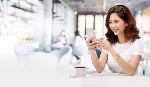 Khách hàng có thể quản lý và thanh toán hợp đồng bảo hiểm qua ứng dụng điện thoại PRUonlne.
