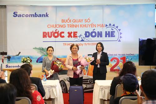 Đại diện Sacombank tặng quà cho các khách hàng may mắn của chương trình quay số trúng thưởng.Danh sách khách hàng trúng thưởng được đăng tải trên website khuyenmai.sacombank.com.