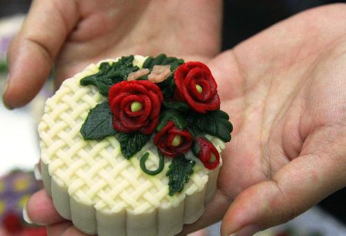 Bánh điêu khắc hoa hồng sau khi được nướng vẫn giữ nguyên được màu sắc ban đầu. Ảnh: NVCC.
