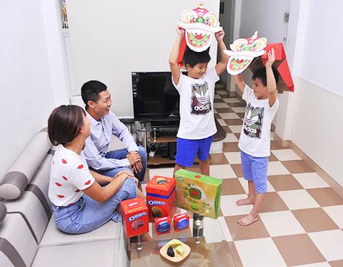 Kinh Đô thiết kế hộp bánh có thể dán sticker để trở thành đầu lân cho các bé vui đón Trung thu.