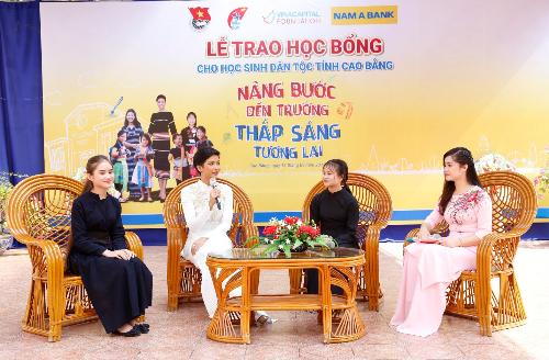 Đại sứ Nhân Ái của Nam A Bank - Hoa hậu Hoàn Vũ Việt Nam 2017 HHen Niê trò chuyện và truyền cảm hứng cho các em học sinh dân tộc tại Cao Bằng.