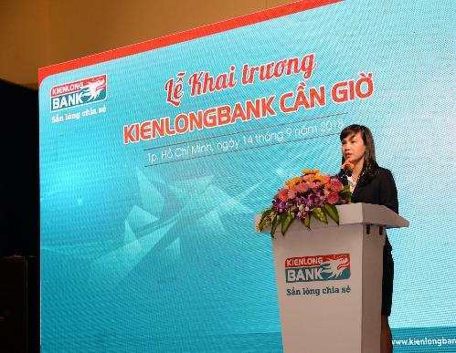 2. Bà Trần Tuấn Anh - Thành viên HĐQT kiêm Tổng Giám đốc Kienlongbank phát biểu tại buổi Lễ