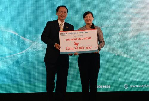 6. Ông Lưu Nguyên Nhựt - Phó GĐ Kienlongbank Cần Giờ trao bảng tượng trưng chia sẻ ước mơ cho đại diện lãnh đạo chính quyền địa phương huyện Cần Giờ