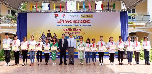 Ông Nguyễn Danh Thiết - Giám đốc Nam A Bank khu vực miền Bắc và ông Lục Văn Dương - Phó giám đốc Sở Giáo dục và Đào tạo tỉnh Cao Bằng cùng trao học bổng cho các em.