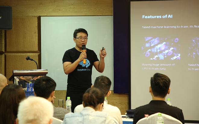 CEO He Yong giới thiệu về hai sản phẩm Blockchain cho AI là DeepBrain Chain và DeepToken trước các nhà đầu tư, chuyên gia và người quan tâm tại Hà Nội. Ảnh: Bigcoin Việt Nam