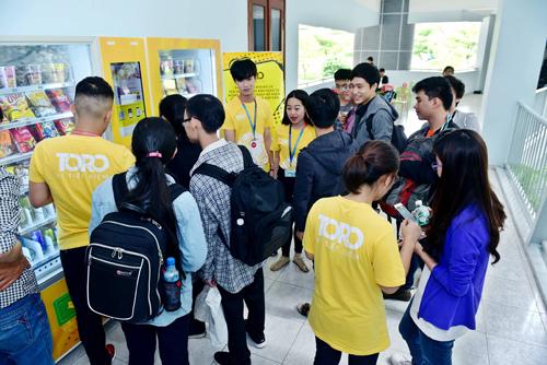 Giới trẻ là đối tượng tiếp cận nhanh chóng với hình thức máy bán hàng tự động.