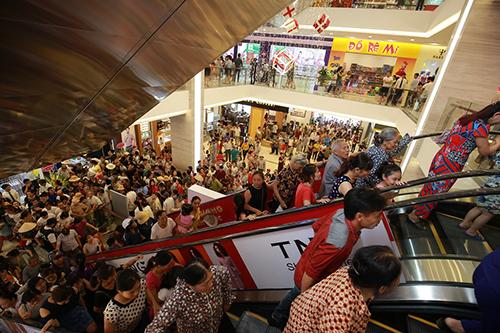 Rất đông khách hàng đến tham quan và mua sắm nhân dịp khai trương Vincom Plaza Phủ Lý, Hà Nam.
