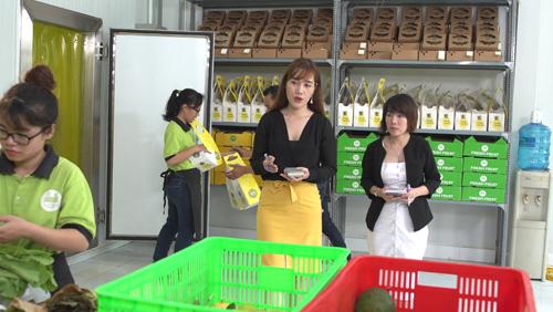 CEO Lê Ngọc Nguyên kiểm tra khu vực đóng gói của Cansys Garden để đảm bảo các sản phẩm chất lượng được đóng gói đẹp mắt.