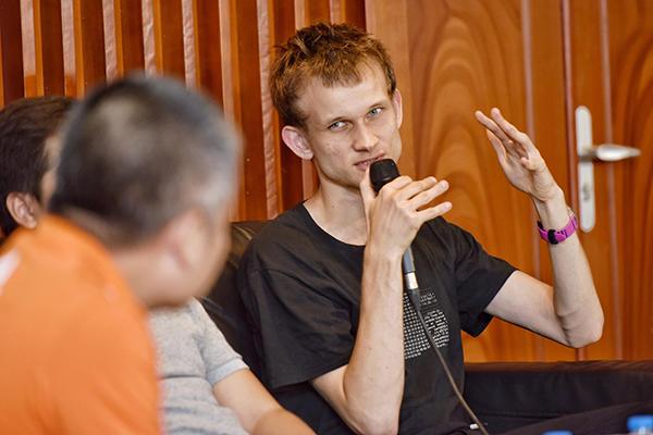 Vitalik Buterin trả lời câu hỏi của người điều phối.