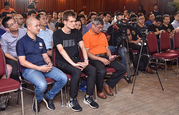 Từ trái qua, ông Nguyễn Bá Khang, CEO Newcater - nhà phát triển Blockchain Việt, Vitalik Buterin, ông Bùi Quang Ngọc, Tổng giám đốc Tập đoàn FPT.