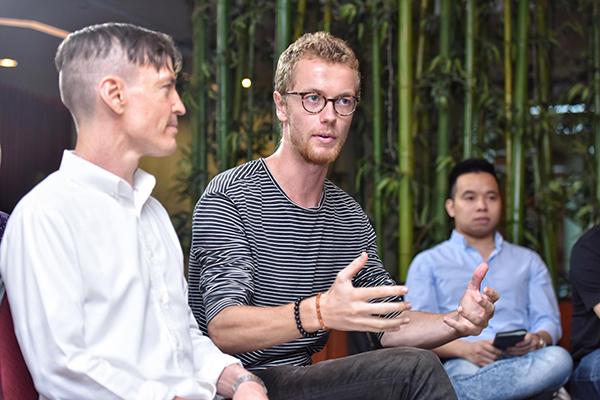 Marcus Van Esveld, CEO Blockchain Meetup Hanoi (giữa) đặt câu hỏi với người sáng lập Ethereum.