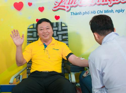 Ông Lê Quang Quảng - Phó tổng giám đốc Nam A Bank tích cực tham gia chương trình ý nghĩa này.