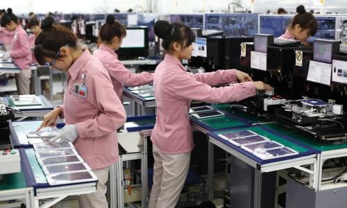 Công nhân kiểm tra thiết bị điện tử lắp ráp tại một doanh nghiệp có vốn đầu tư nước ngoài.