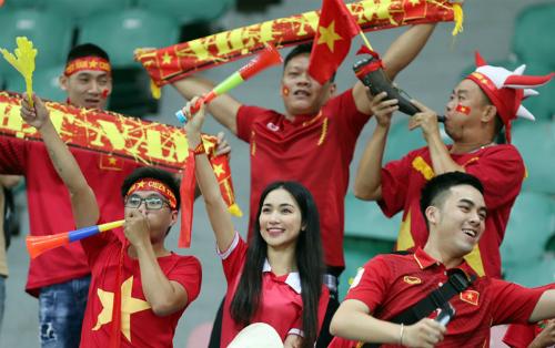Người hâm mộ Việt Nam cổ vũ môn bóng đá tại ASIAD 2018 - giải đấu mà khán giả không được xem phát sóng trực tiếp từ đầu vì chi phí bản quyền cao. Ảnh: Đức Đồng.