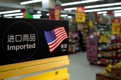 Hàng nhập khẩu Mỹ trong một siêu thị ở Thượng Hải. Ảnh: Reuters