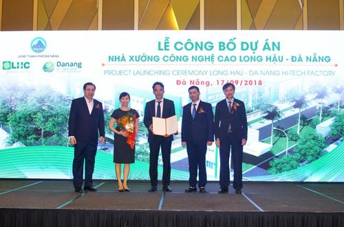 Lãnh đạo UBND TP.Đà Nẵng trao Giấy Chứng nhận đầu tư dự án cho Công ty CP Long Hậu