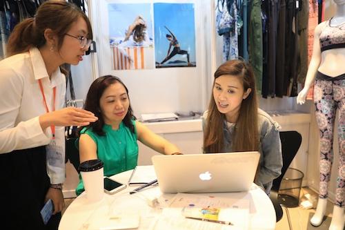 Một nhà thiết kế thời trang giới thiệu sản phẩm đến đối tác người Việt.