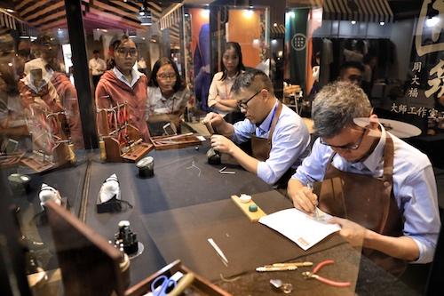 Khu vực chế tác trang sức filigree của thương hiệu Chow Tai Fook thu hút nhiều khách hàng theo dõi.