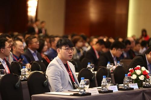 Ông Ethan Ng (vest xám) có suy nghĩ tích cực về tương lai ngành công nghiệp Blockchain tại Việt Nam cũng như trên thế giới.