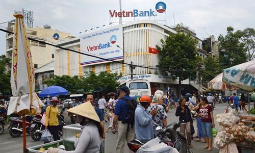 Bên ngoài một chi nhánh của VietinBank tại TP HCM. Ảnh: Bloomberg