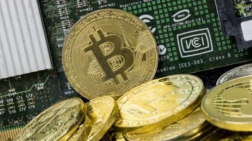 Đồng tiền mô phỏng Bitcoin được trưng bày tại Hong Kong (Trung Quốc). Ảnh: AFP