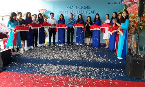 Lãnh đạo Vietinbankcắt băng khai trương phòng giao dịch mới.