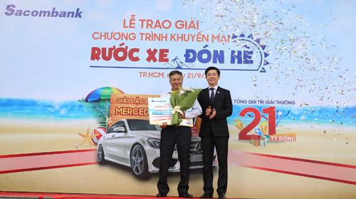 Đại diện Sacombank trao giải đặc biệt một chiếc xa Mercedes C200 cho khách hàng may mắn.