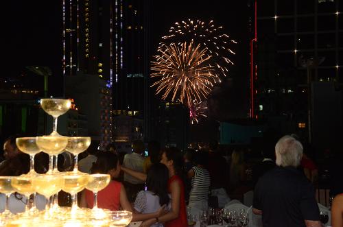 Ngoài thưởng thức bữa tối ngon miệng, tại Rooftop Garden Bar, bạn còn được chiêm ngưỡng gần hơn những màn bắn pháo hoa rực rỡ.