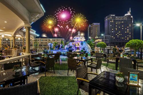 Rooftop Garden Bar sở hữu không gian thoáng đãng giữa trung tâm Sài Gòn.