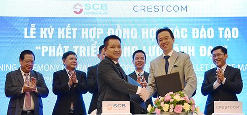Ông Vũ Đức Hưng Giám đốc Khối Quản trị nguồn nhân lực và Ông Hoàng Ngọc Minh Toàn Tổng Giám đốc Crestcom Viet Nam ký kết Hợp đồng hợp tác đào tạo và phát triển năng lực lãnh đạo.