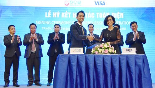 Ông Đặng Đức Huy Giám đốc Khối NHBL SCB và Bà Trương Minh Hà - Phó Giám Đốc Khu Vực Visa Việt Nam & Lào ký kết Hợp đồng hợp tác toàn diện.