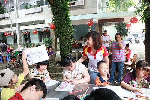 Một ngày đón Trung Thu cùng trẻ khuyết tật đến thăm Trung tâm Bảo trợ Trẻ tàn tật mồ côi Thị Nghè TP HCM. Tại đây, bà Nguyễn Đoàn Duy Ái - Phó tổng giám đốc HDBank và các nhân viên tổ chức buổi thi vẽ tranh và thăm hỏi các bé.