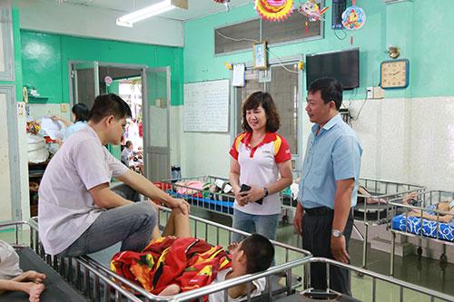 Những em không thể tham gia được bà Nguyễn Đoàn Duy Ái - Phó tổng giám đốc HDBank tới tận giường thăm hỏi.
