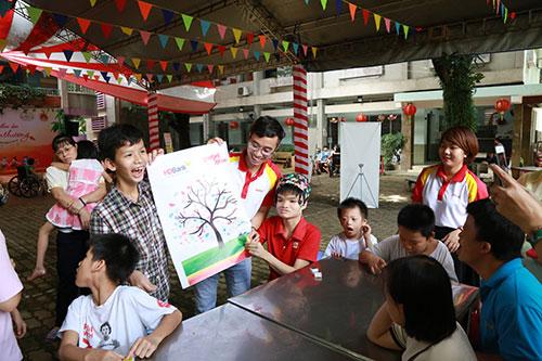 Nhiều em nhỏ thích thú khi dùng tay chấm màu lên bức tranh Cây và bông hoa mơ ước của bé.